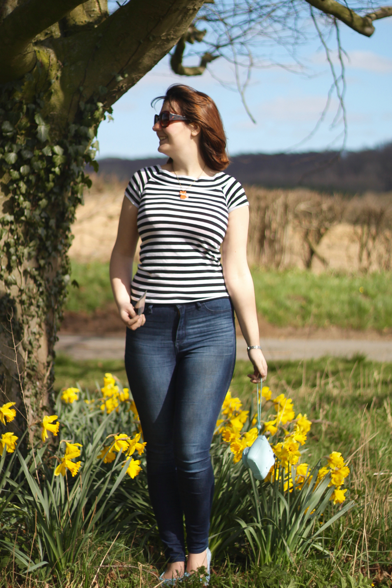 Spring Jeans outfit with daffodils