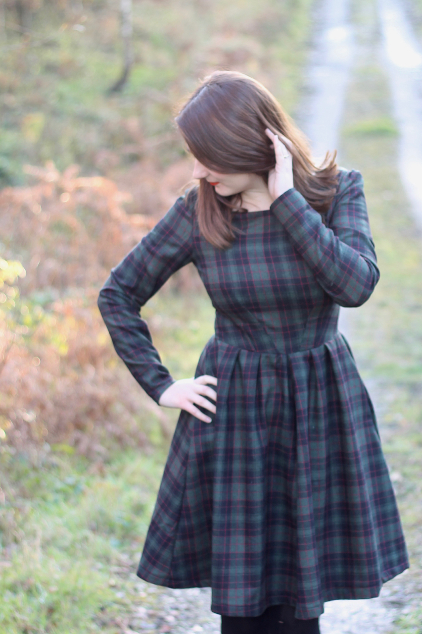 Sewing Hack: Simplicity 2444 tartan dress with long sleeves