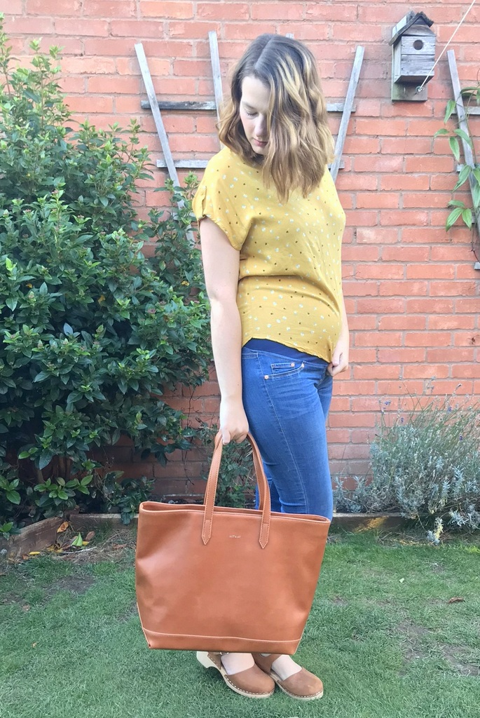 Maternity outfit with H&M jeans and Matt & Nat handbag - 18 weeks pregnant outfit